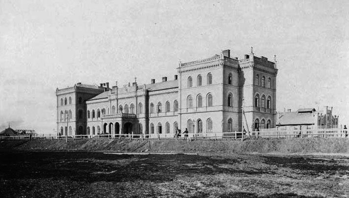 Залізничний вокзал у Станіславові. Архітектор Людвік Вежбицький. Світлина 1868 р.