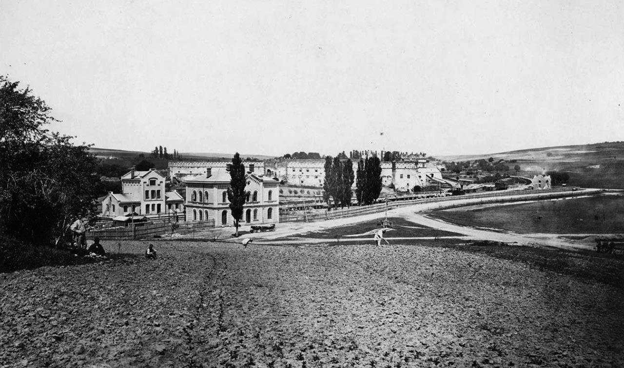 Залізнична станція і замок в Старому Селі. Світлина 1868 р.