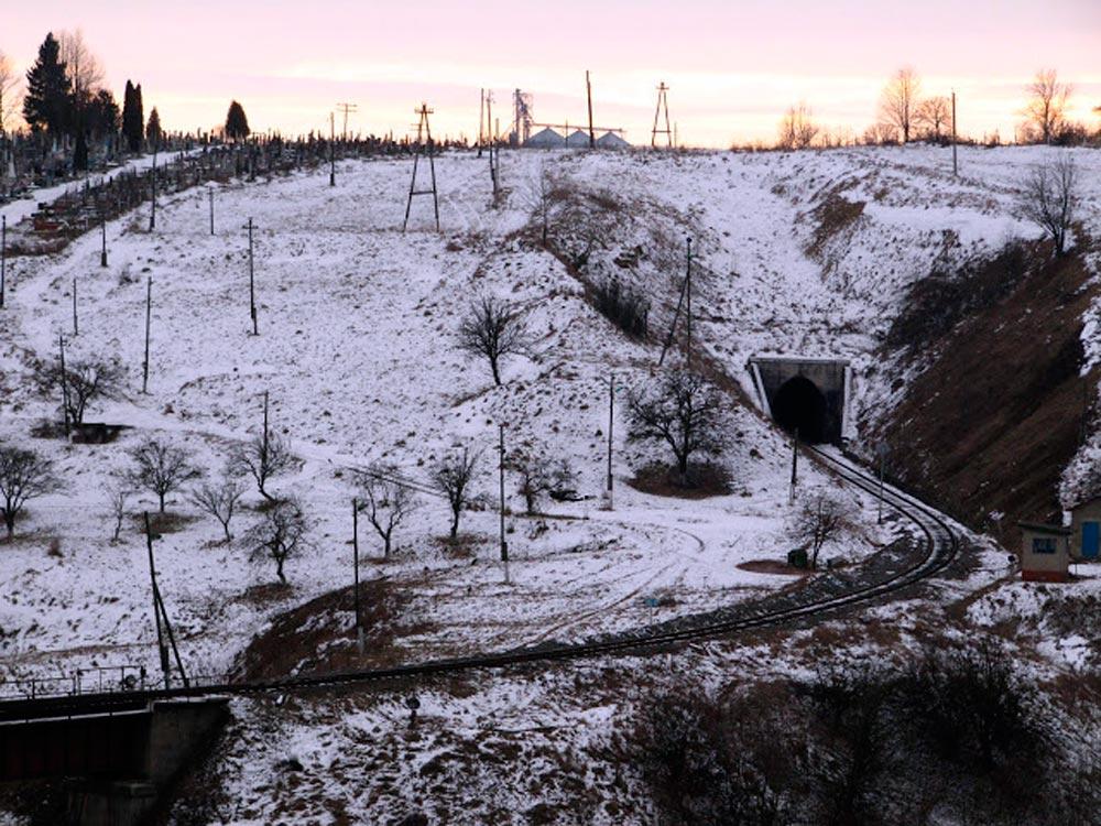 Вхідна рампа Бучацького тунелю Галицької трансверсальної залізниці (ділянка Станіславів – Гусятин). Сучасне фото