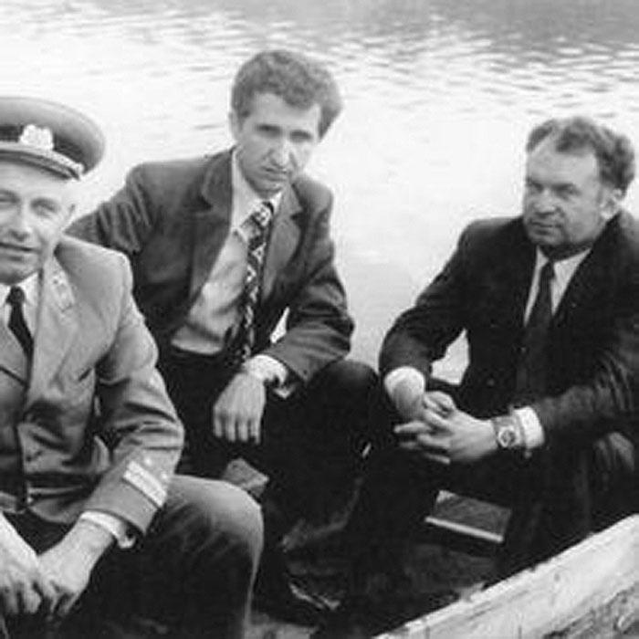 Георгій Миколайович Кірпа (у центрі) під час відпочинку із колегами-залізничниками. Кінець 1970-х років