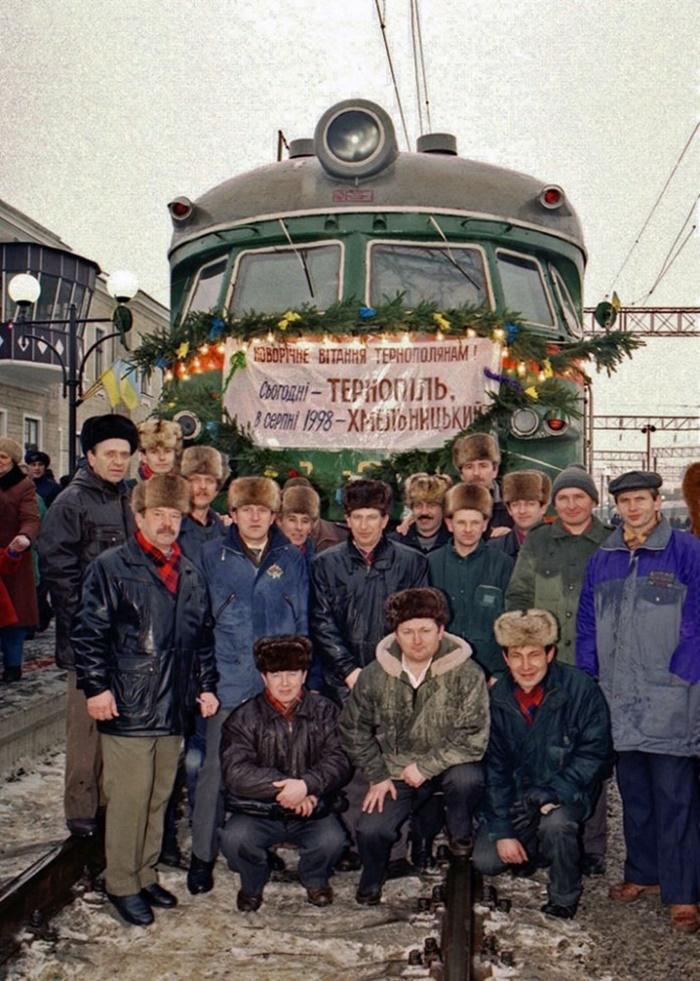 Учасники електрифікації залізниці Золочів – Тернопіль біля першого електропоїзда, який пройшов по цій ділянці. 1997 р.