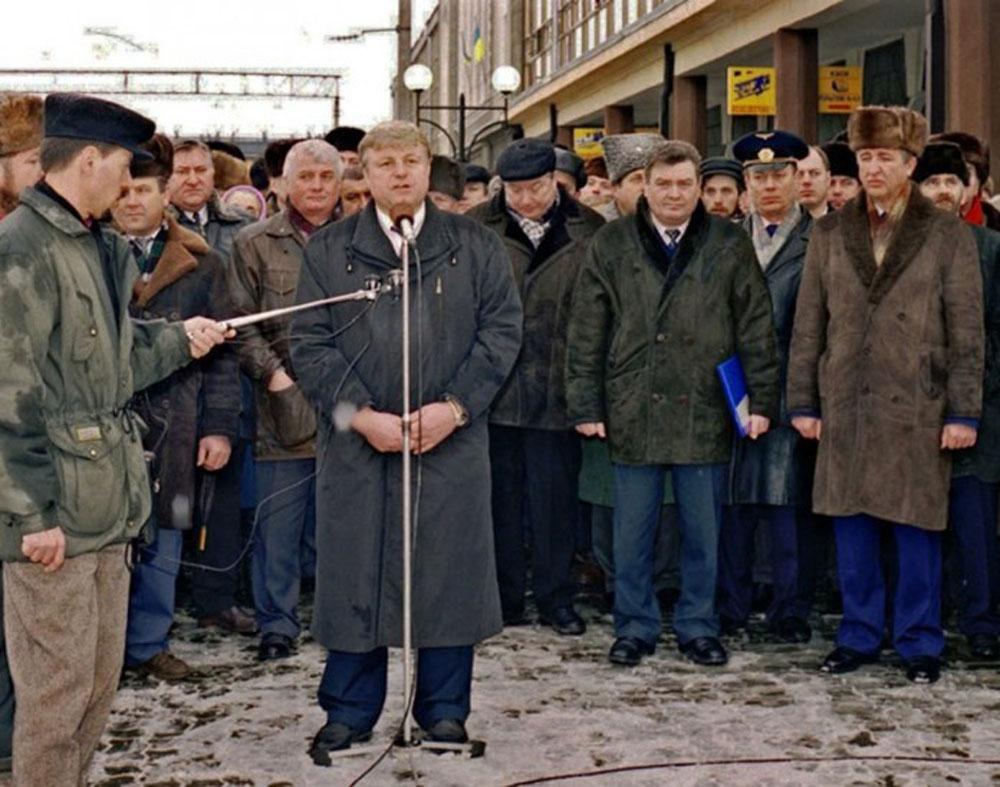 Начальник Львівської залізниці Г.М. Кірпа серед учасників урочистого мітингу із приводу завершення електрифікації ділянки Золочів – Тернопіль