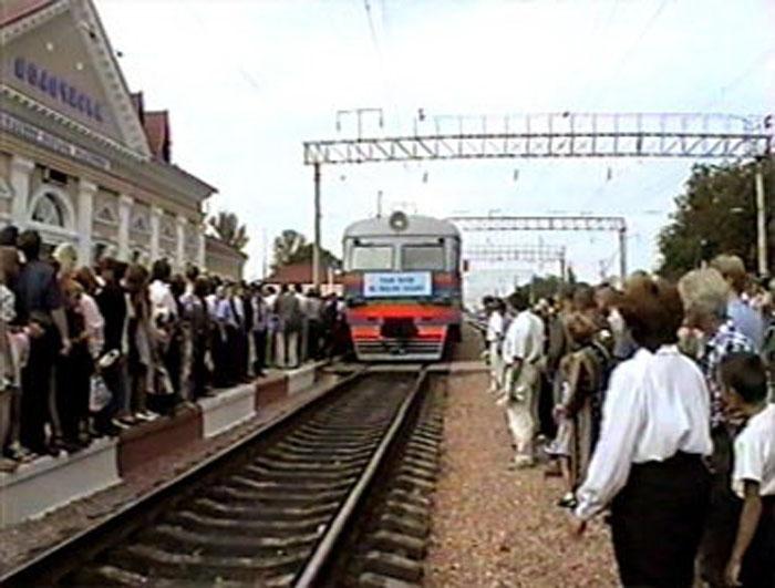 Прибуття першого електропотягу на станцію Волочиськ зі сторони Жмеринки. Кадр із телесюжету «УТН» від 24 серпня 1998 року