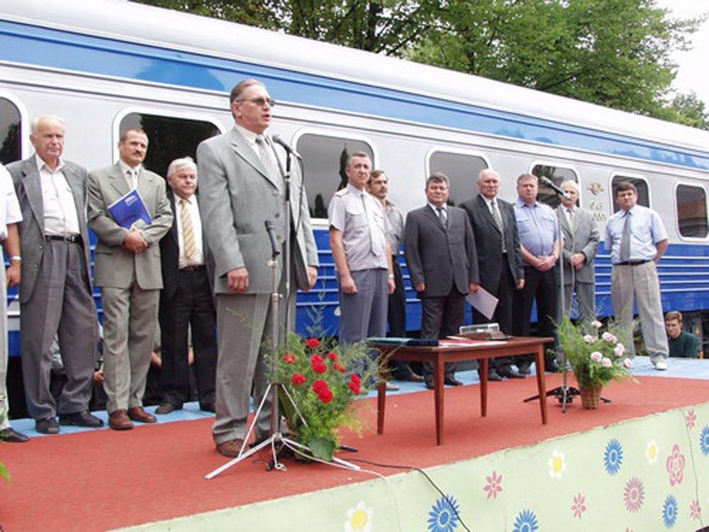 Керівник КВБЗ В. Приходько і керівник «Укрзалізниці» Г. Кірпа під час урочистого мітингу, присвяченого випуску першого українського пасажирського вагону