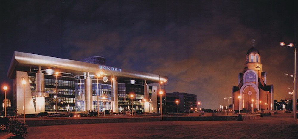 Залізничний вокзал «Південний» у Києві. Споруджений у 2001 р. Керував реконструкцією станції Київ-Пасажирський Г.М. Кірпа
