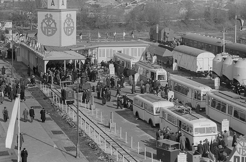 Виставка продукції німецької компанії «LOWA» у 1951 році – трамваї, залізничні вагони, тролейбус із причіпом. На фото видно поїзд із трамвайних вагонів «LOWA ЕТ50» + «LOWA ЕВ50».