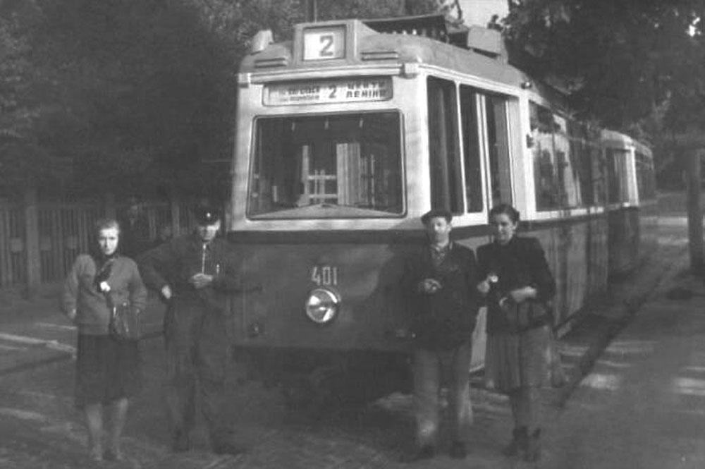 Перший у Львові поїзд із трамвайних вагонів «LOWA ЕТ54» + «LOWA ЕВ54» на вулиці Коновальця. Жовтень 1955 року