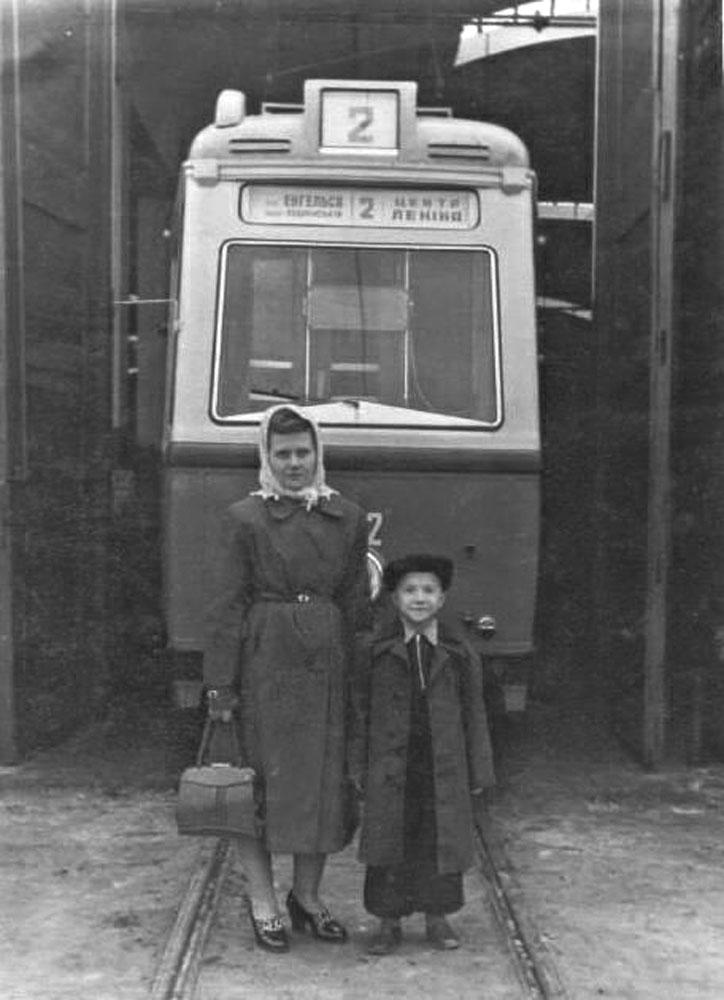 Трамвайний вагон «LOWA ЕТ54» № 402 та його водійка із сином. Територія трамвайного депо № 1. Жовтень 1955 року