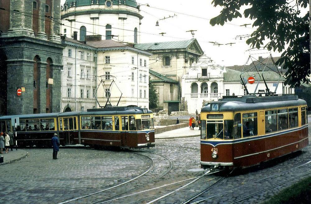 Моторний вагон «Gotha T57» № 421 після капремонту і «змійка» «Gotha G4-61» № 631 на розі вулиць Підвальної і Руської. У вагона «Gotha T57» при капремонті у львівських ВРМ заварені двері по лівій стороні кузова. Фото кінця 1970-х років