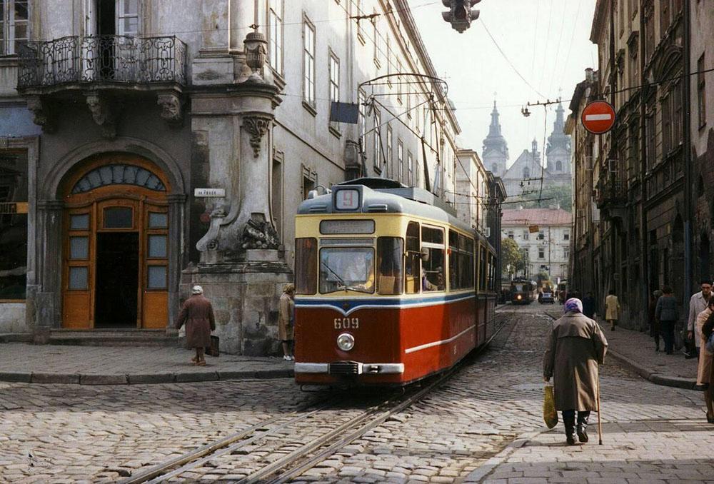 Зічленований трамвайний вагон «Gotha G4-61» № 609 + 709 виїздить на площу Ринок