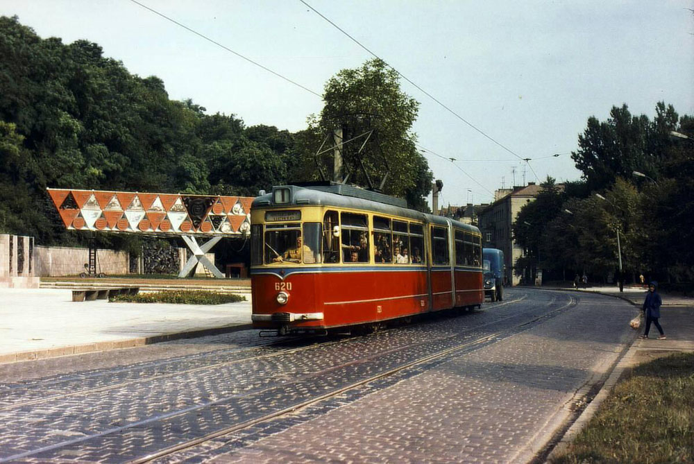 «Змійка» «Gotha G4-61» № 620+720 на вулиці Ф. Дзержинського (нині Вітовського) біля Парку Культури. 1970-ті рр.
