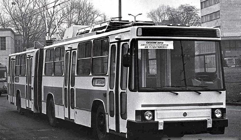 Перший експериментальний тролейбус-прототип «Київ – 11» під час випробовувань у 1991р. Автор фото – В. Дятлов