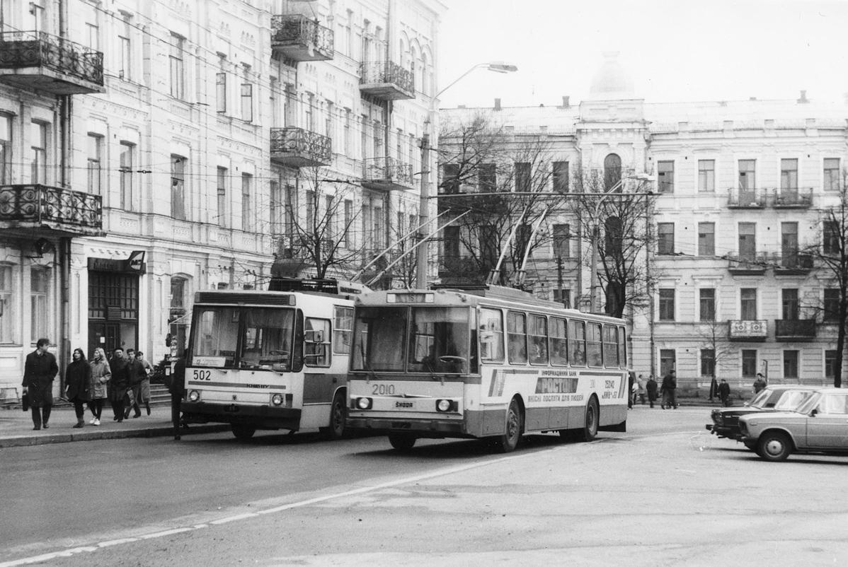 Один із перших серійних тролейбусів «Київ – 11у» (зліва) та чеський тролейбус «Skoda 14Tr» в Києві. 1992 р. Фото – Ааре Оландер. На фото видно схожість дизайну українського і чеського тролейбусів