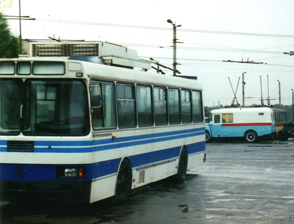 Серійний тролейбус ЛАЗ-52522 у заводському фарбуванні під час презентації моделі у Івано-Франківську у 1998 році. Автор фото – Василь Бойчук