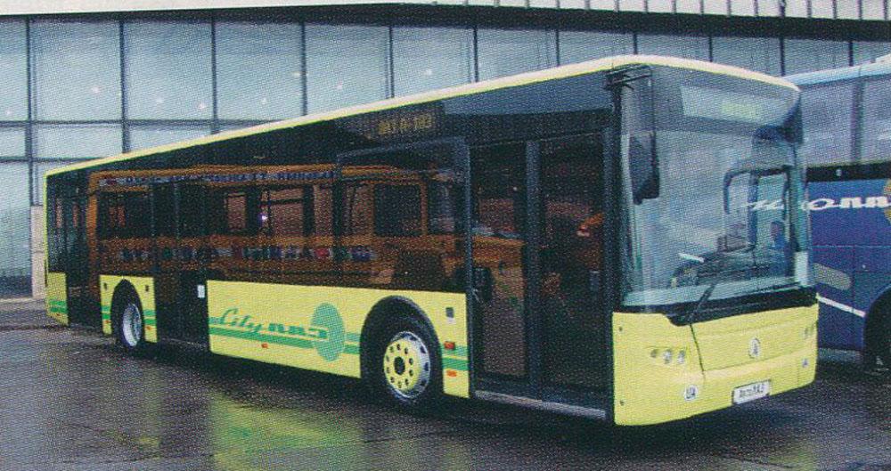 Перший експериментальний автобус-прототип ЛАЗ А183. Його відмінність від серійних машин – розташування середніх дверей наближене до задньої колісної арки. Фото із автосалону в Москві 2005 р.