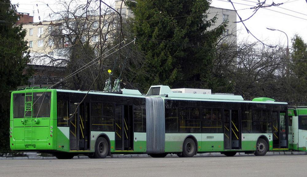 Один із перших зічленованих тролейбусів «Богдан» Т901.10 під час випробовувань у тролейбусному депо Луцька