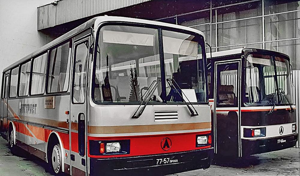 Автобуси ЛАЗ-4207 і ЛАЗ-4206 під час виставки у Москві. 1988 р.