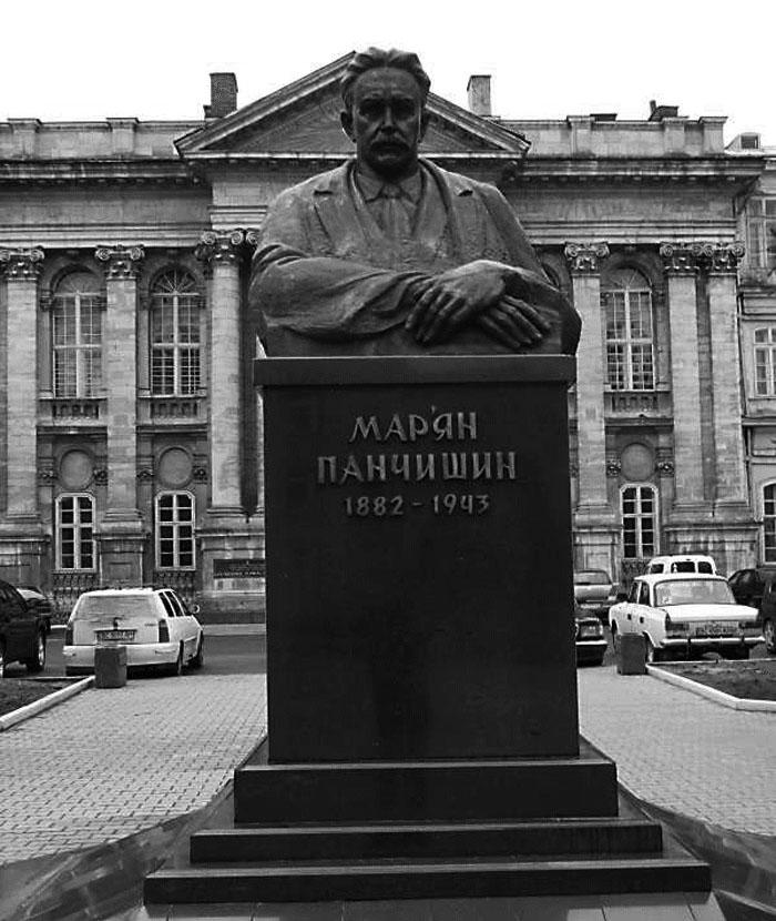 Пам'ятник Мар'яну Панчишину перед головним корпусом Львівської обласної клінічної лікарні. Сучасне фото