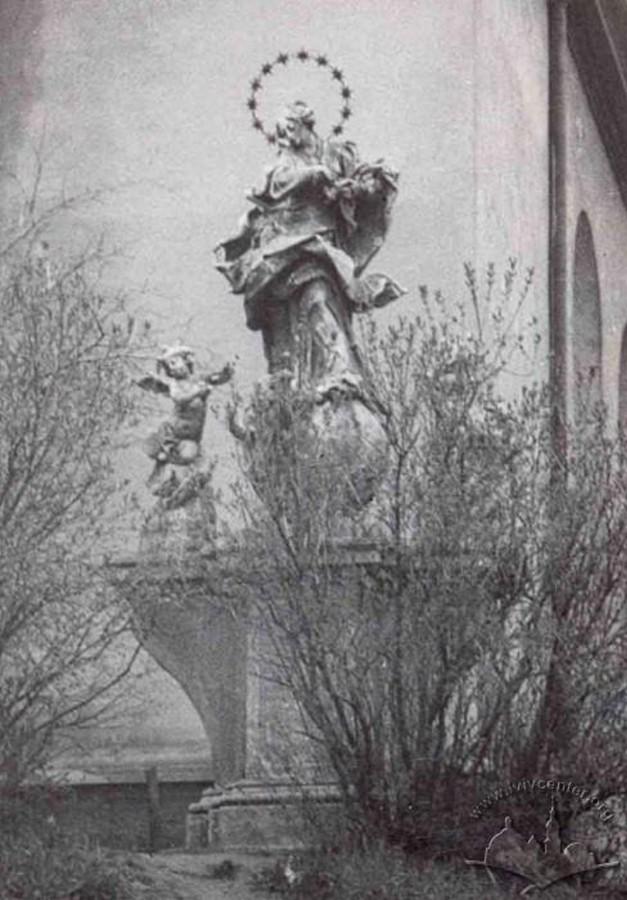 Скульптура Богородиці, до 60 - х рр. XX ст. прикрашала вхід до костелу, фото поч. 60 - х рр.