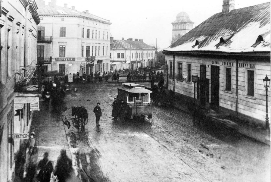 Кінний трамвай на залізничному переїзді на теперішній вул. Б. Хмельницкого, фото, кінець XIX ст.