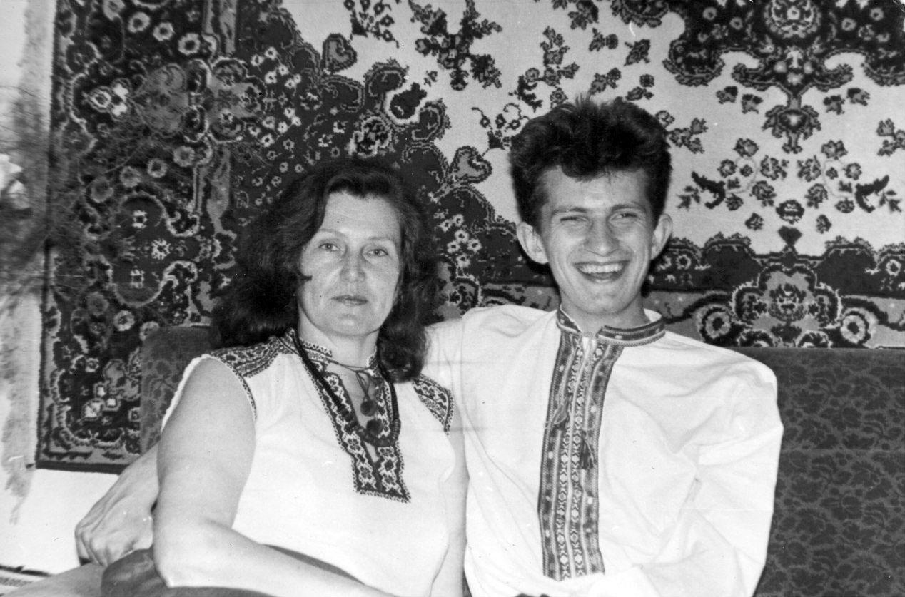 Андрій вже поступив на навчання в Петрозаводський університет і приїхав до мами в серпні в гості. На цій світлині сорочку вишила для Андрія Ольга Михайлівна.