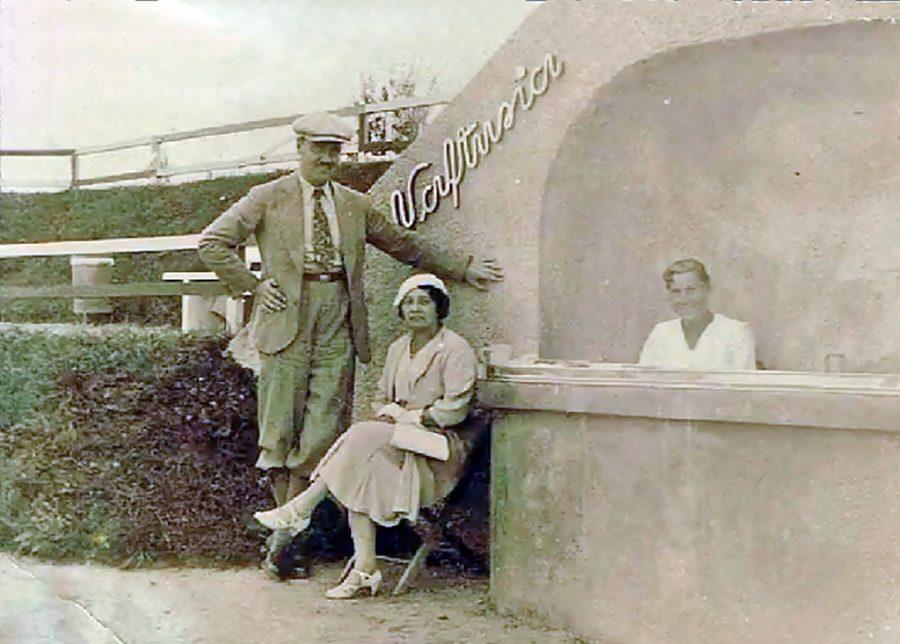 """Трускавець. Урочище Помірки. Гості літнього курорту біля бювету мінеральної води """"Нафтуся"""", 30-і рр. ХХ ст."""