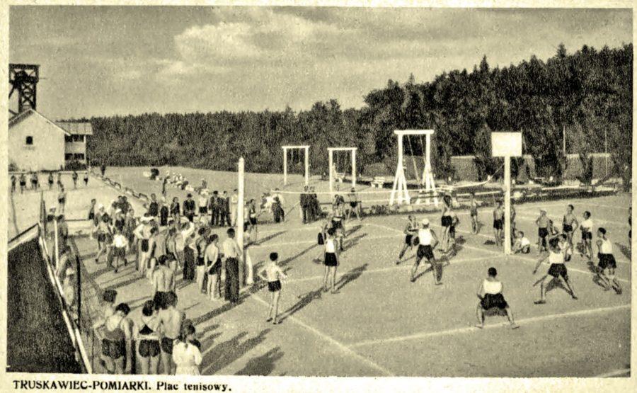 Трускавець. Урочище Помірки. Тенісний корт та волейбольний майданчик, 30-і рр. ХХ ст.
