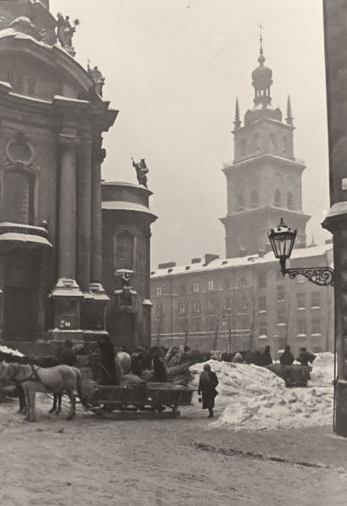 Сучасна площа Музейна у Львові, зима 1941 року. Фото Сергія Шиманського