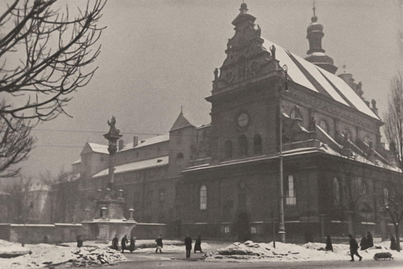 Комплекс монастиря та костелу Бернардинів у Львові, зима 1941 року. Фото Сергія Шиманського