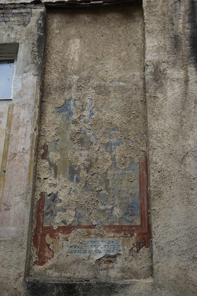 Вікно що пошкодило настінні розписи синагоги «Зіхрон Йозеф»