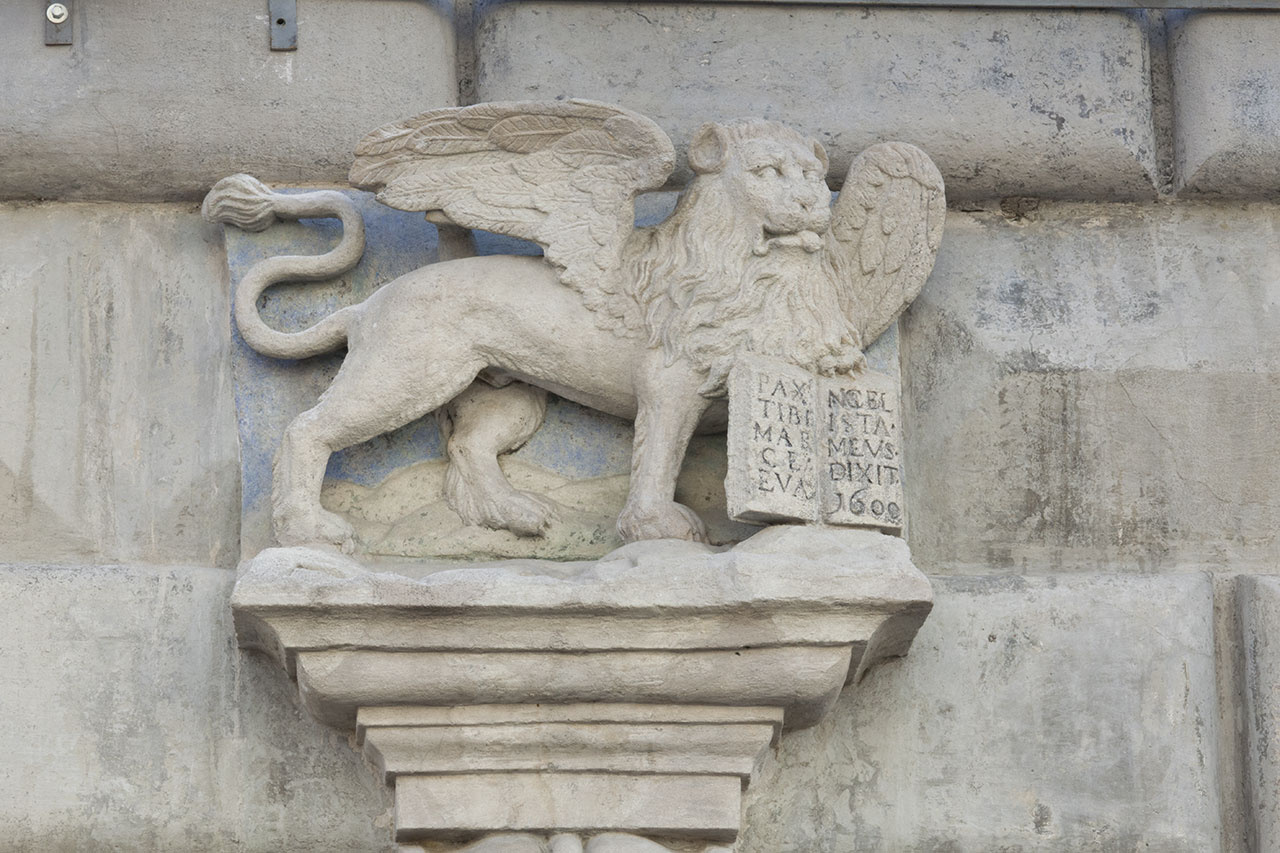 Крилатий лев з розгорнутою книгою над входом у будинок №14, пл. Ринок. Фото Мар'яни Іванишин