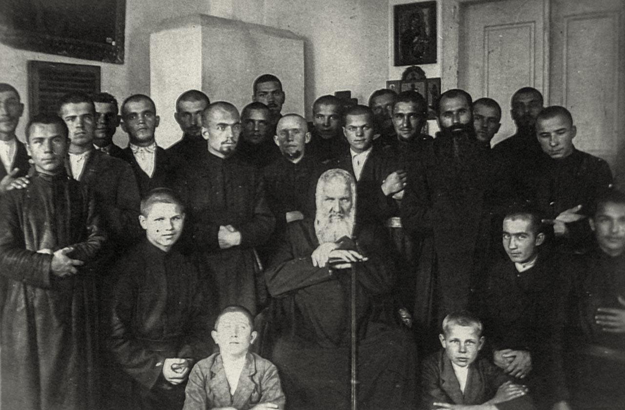 Митрополит Андрей Шептицький з Праведником Народів Світу о. Даниїлом Тимчиною та вихованцями сиротинця
