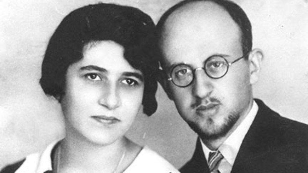 Рабин Кальман Хамейдес із дружиною Гертрудою. Їхніх двох синів Леона і Цві Барнеа під час Голокосту врятують брати Шептицкі. Фото із архіву The Ghetto Fighters' House Museum, Ізраїль